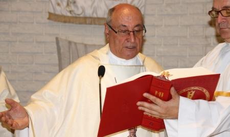 Manuel García Barrio párroco del Divino Pastor celebrando una misa